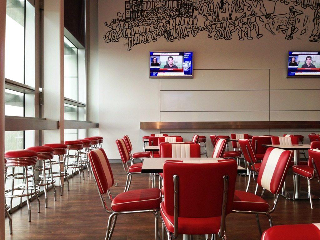 Restaurant du stade Wembley meublé comme diner américain avec meubles Bel Air