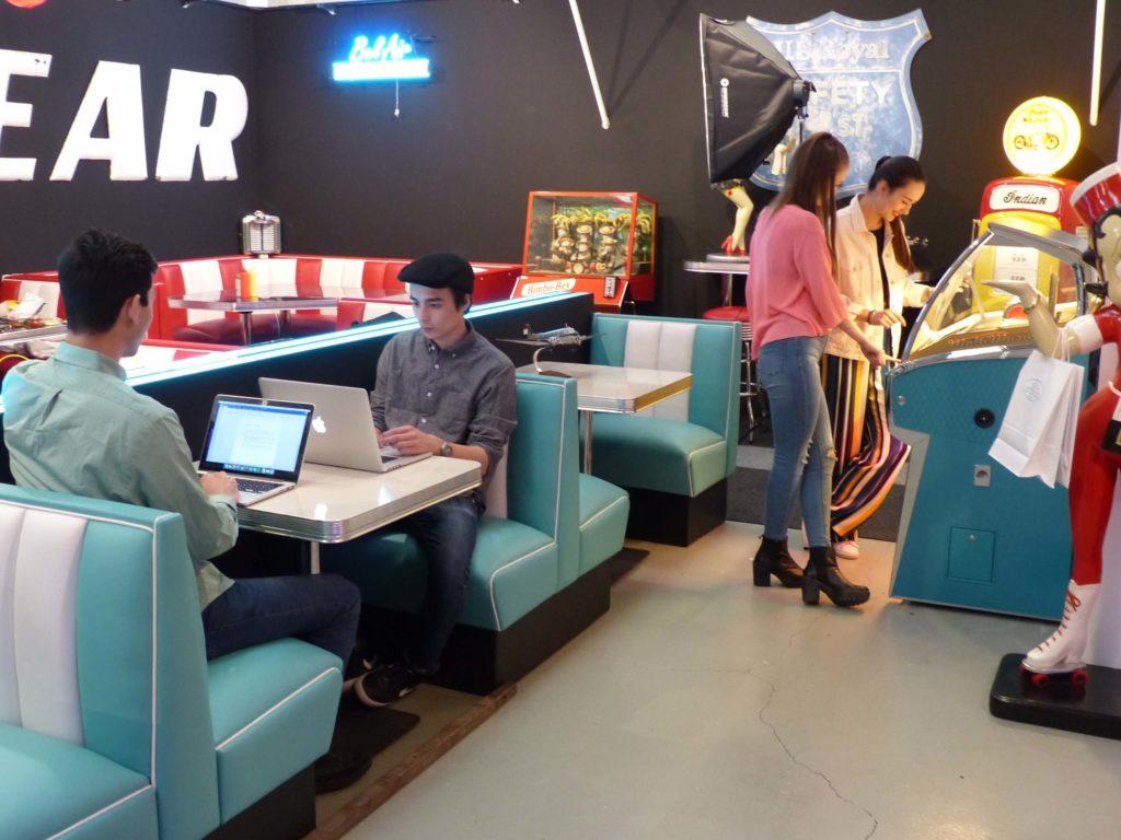 Deux couples dans une situation style Cyber Café diner Américain