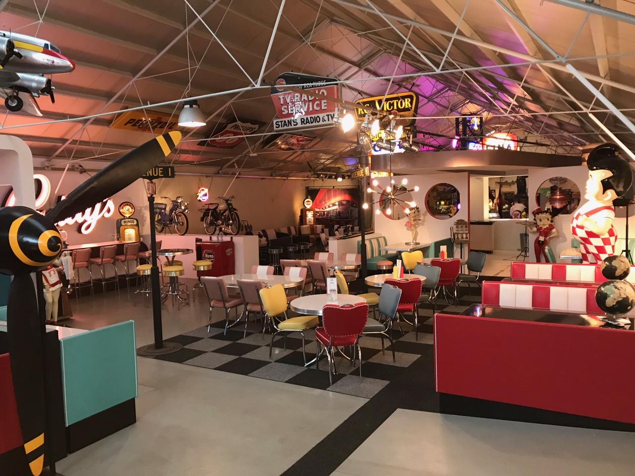 Salle d'exposition Bel Air meubles années 50 restauration rapide diner Américain