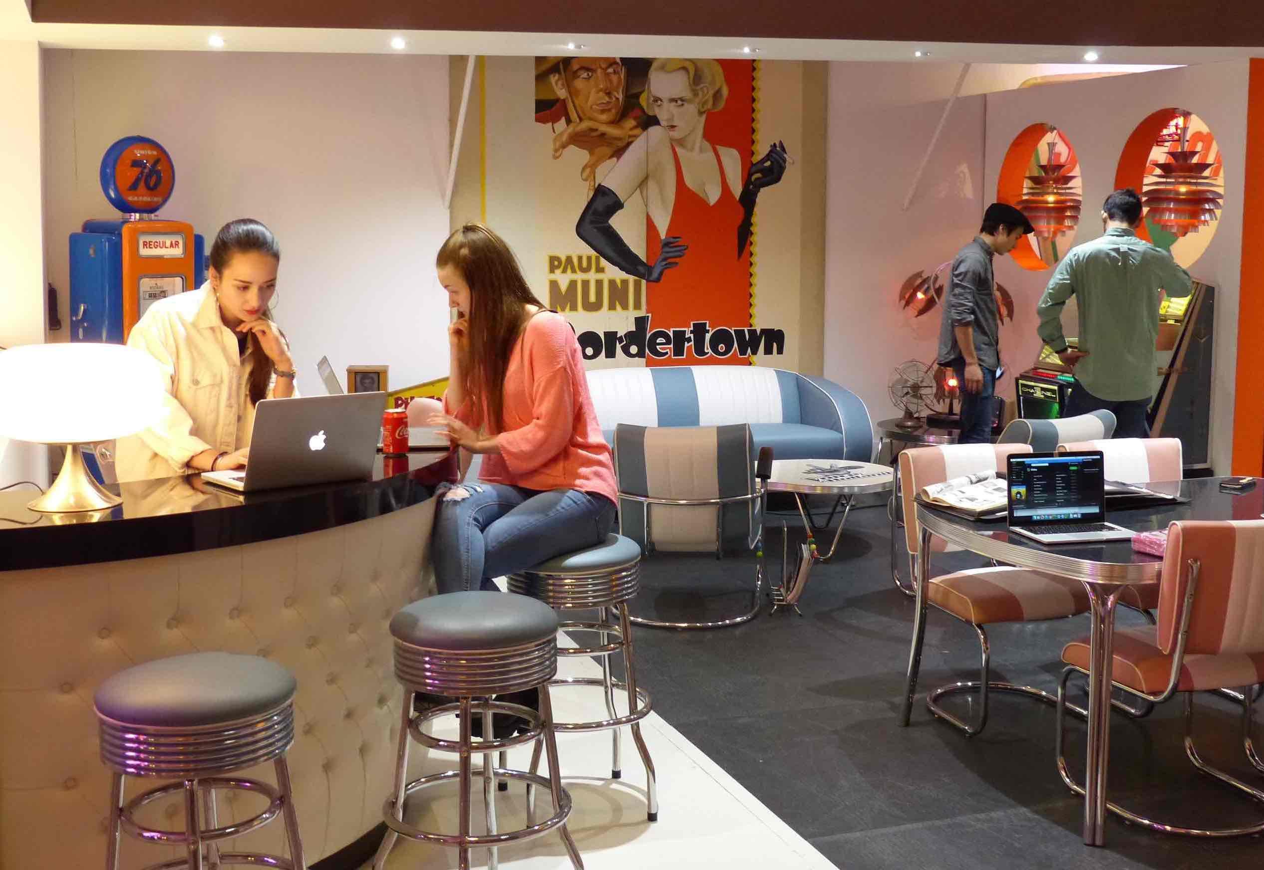 Meubles Cyber Café avec coin bar tabourets et juke box numérique